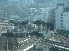 2021.03.20 生駒ゆき普通列車車内 正面には生駒山地がそびえたつ。