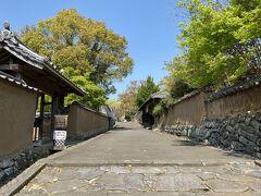 坂を登ると  北台武家屋敷跡の土塀もいいです