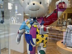 ぶらぶらと歩いて元町へ。 ファミリアの熊さん、懐かしい~、大昔(笑)チェック柄の洋服を姉弟でお揃い服着せてました♪