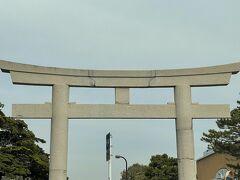 横浜へと戻って行きます。  鶴岡八幡宮を眺めながら行くことにしました。