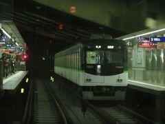 2021.03.21 淀屋橋ゆき特急列車車内 地下区間を通過しながら走る前面展望はおもしろい。三条に停車。