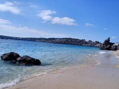 ゴリラチョップ!  奥に見える岩がゴリラがチョップしてるように見えるとかw  ここもきれいな場所でした☆  でも、アンチ浜のあとだったので、かすんでしまった…かも!