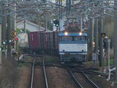 2021.04.03 門司港ゆき普通列車車内 大牟田から普通列車に乗ること50分、目的地までもうちょいだ。田代駅に隣接する鳥栖貨物ターミナルに入る8057レ。