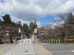 米沢城址入り口、舞鶴橋です。  米沢の桜は、もう少しだけ先ですね。