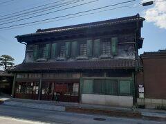 喜多方市内に駐車場もあまりなさそうだったので、 クルマは日中線の臨時駐車場に置いたまま歩いて観光しました。  旧甲斐家蔵住宅。