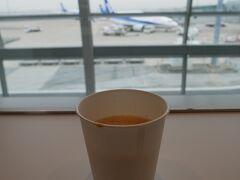 コーヒーを頂いてちょっと休憩。 飛行機を眺めながら休憩できるのが空港のラウンジのいいところかな。