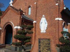 外海潜伏キリシタン文化資料館を出て、すぐ近くにある階段を上ると黒崎教会が見えてくる。1897(明治30)年にド・ロ神父の指導で敷地が造成され、1899(明治32)年から建設計画が進行、1920(大正9)年に完成した、遠藤周作の小説『沈黙』の舞台ともなった黒崎の地に建つ教会。