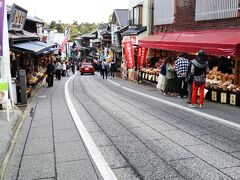 「成田山新勝寺」が近づくと、だんだん参道らしい趣きになってきました☆ 両側にはお店が並びます。