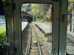 私たちは桜井駅の近くのホテルからNHKの朝の連ドラを見てから 出発しました。 そのため出発は少しゆっくりした時間になってしまいました。 (旅立ちは早出が原則なのに)  吉野駅が近づいて来ました。 線路は単線です(旅情を感じてしまいます)。