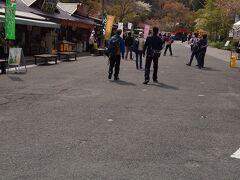 駅前の風景です。 桜の花のピンクと緑色の木々がカラフルな 光景を作っていました。 (奥千本ではもっと桜が見れるかな) 奥千本への行き方は 吉野駅⇒終点の竹林院前バス停下車でマイクロバスに乗り換え 竹林院バス停⇒金峰神社バス停下車となります。 それぞれのバスは乗客が満員になり次第順次発車します。 補助いすも使用しました。 (三密は大丈夫かな?) 例年の観光客が多い満開シーズンはきっとバス待ちの長い 行列ができると思いました。