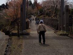 金峰神社への参道です。  家内は膝が痛くなりそうなので 私は一人で西行庵を目指します。 金峰神社までは同じ道です。 家内は傘が杖代わりに役立ちました。 タクシーで神社まで行く人もいます。