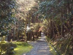 西行庵へは金峰神社のすぐ下から 右へ山道を歩いて行きます。