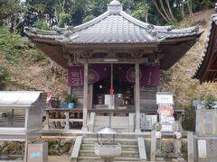 大師堂は簡素なつくりです。仙人が40年間籠っていたが雲と遊ぶかのように姿を消したことから仙遊寺という名前がつけられたそうです。