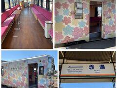 赤湯でフラワー長井線に乗り換え。その名の通り花模様フラワーの列車。