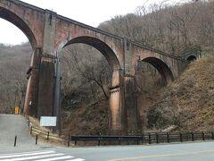 霧積ダムの前にめがね橋の案内があったのを見て、急遽土木構造物巡りを決めて、碓氷第三橋梁に足を伸ばします。山間に突然現れる古い鉄道橋は、なかなかの威容です。ハリーポッターとは言いませんが、日本離れした景色です。