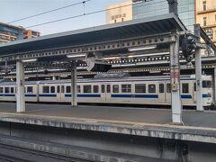 博多駅から一駅乗って今日も吉塚駅で撮影です。 貨物列車を待っていると数少なくなった415系の鋼体車がやってきました。 交直切替が必要な関門トンネル通過用に残っているこの車両も今後はどうなるのでしょうかね?  この日の朝練の様子はこちらで https://rail.travair.jp/?p=9977