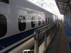 新幹線ホームに上がるとちょうど「のぞみ16号」が到着するところでした。 小倉~新山口間はJR西日本の割引きっぷ「新幹線近トク1・2・3」を使います。 博多から新山口駅までは小倉で打ち切ってこの切符を使った方が安いので小倉で下車しても費用的には変わらないですし、JRの写真を撮るのだから少しでもJRの収入に寄与しなくてはいけませんよね。