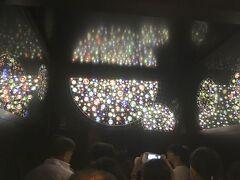 低層部と展望台を結ぶエレベーターは、天望シャトルという名前がついています。 4基の各エレベータの内装は四季をテーマにして装飾されています。 昇りで乗った内装のテーマは「夏・隅田川の空」でした。
