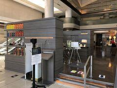東京・北品川『TOKYO MARRIOTT HOTEL』1F【Lounge&Dining G】  『東京マリオットホテル』のオールデイダイニング 【ラウンジ&ダイニング G】のエントランスの写真。  左手にペストリー&ベーカリー【GGCo.】があります。  Gourmet(グルメ)、Gift(ギフト)をテーマにしたショップです。 毎朝ホテルで焼き上げるパン、パティシエがひとつひとつ丁寧に 仕上げたケーキなど、ご自宅でのお食事や贈り物にも最適な商品が 並びます。また、その他サンドウィッチやカップデリを取り揃え、 テイクアウトでお楽しみいただくこともできます。