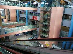 関空に到着 第一ターミナルの中は、お客さんがほとんどいなくて、がらんとしています。 こんな関空見たことないです( ;∀;)