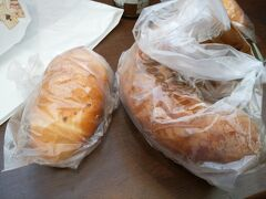 チェックインは15時から。 とりあえず近くのイオンモール泉南のアンティークというパン屋さんで塩パンとチョコリングというパンを購入し、ランチ。 ここの塩パンは絶品です(#^^#)