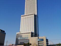 今回お世話になるオリエンタルスイーツエアポート大阪りんくうです。近くのコインパーキングに駐車し、歩いてホテルへ。 スターゲイトホテルと同じビルに入っているホテルで、ビルの15・16・19~24・26階に客室があります。
