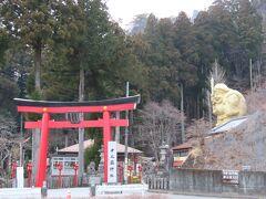 すぐ公園の隣に中之嶽神社があるんですが、金色の巨大な大黒様……?