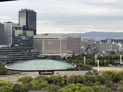 本日の会場は大阪城ホール、正式名称は大阪城国際文化スポーツホールと言うらしいです。 大阪城天守閣から見ると、こんな感じです。  1983年10月大阪築城400年まつり(大阪城博覧会)の開催に合わせてオープン、日本で最初の国際級の室内陸上競技会が開催可能な規模のアリーナを有する施設です。  構造は楕円形のドーム式で、大阪城に近接しており、景観を損ねないよう本体部分が地下に埋め込まれ、地上部分は周囲が石垣に囲まれています。 最大収容人数は16,000人で、アリーナ席4,500人、客席9,000人、立見席2,500人ですが、通常のコンサートでは1万人前後が収容定員となるようです。 このホールの残響時間は1.45秒で、多目的のアリーナ型大型施設としては画期的な数値で、理想に近い残響時間となっています。 総工費  106億円、設計は 日建設計で、大成建設・松村組共同企業体の施工です。  今日は、客席の間を開けたり、来場を取りやめた人もいますから4,000人位だったでしょうか。