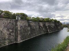 大阪城ホールの状況を確認して、東外堀沿いに大阪城に向かいます。  大阪城は30数年振りです。