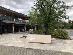 16:30を過ぎ、開場して受付が始まっています。 軽く夕食を食べて、城ホールに向かう事といたします。  JR大阪城公園直結のJO-TERRACE大阪です。 コンセプトは「歩いてお茶して、緑の中の城下町」らしいです。 大阪発祥の人気のパンケーキ専門店や飲食店を中心に、お土産屋さん、ランニング施設等22店舗が入った、2017年オープンの商業施設です。  こちらもコロナの影響か、閉店しているお店もあり、活気は余り感じられ無かったですが、ライブ等で城ホールが活性化していけば、復活していくんだろうなと思いました。  今日、このような状況の中で、新しいライブのカタチを模索していく事の意味もあるような気がします。