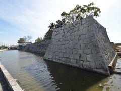 花岳寺からすぐ、赤穂城の石垣が見えてきました。