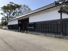 斜向かいにある大石良雄宅跡長屋門。近藤源八宅の門とこの門が江戸時代からの建物。土曜日曜祝日は公開されているようですが、今日は平日で未公開。