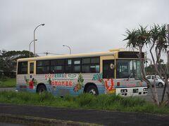 奄美空港にとまってたバス。  「奄美大島、徳之島、沖縄島北部及び西表島」が世界自然遺産に登録されるといいな。