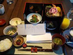 チェックインした時に朝食に和食(重箱仕様)を 選びました。 ドリンクは無料でスタッフの女性にお願いすれば すぐに持ってきてくれます。