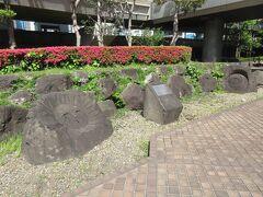 S4階段を降りたところに抗火石のモヤイ像があります。新島と港区の交流のきずなに新島の抗火石に彫られたモヤイ像が贈られました。新島の方言モヤイは協同、協力、共済を表すと説明碑に記されていました。優しい表情の太陽の顔の像と月の顔の像が印象的でした。