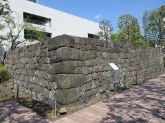 モヤイ像がある浜崎公園の向かいに建つ東京ガス本社沿いのつつじ園を高速道路方向に向かったところに、4mほどの立派な復元された石垣が残っています。海岸1丁目の建設工事の際に発掘された築地石で、江戸時代、大名屋敷や陣屋に使用されていたものだそうです。復元されたものとはいえ、堂々とした石垣です。