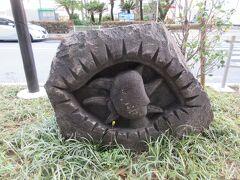 東京ポートシティ竹芝の脇を通り浜松町駅へ戻りました。東京ポートシティ竹芝前の竹芝通りの歩道に伊豆諸島の説明碑とオブジェなどが並んでいます。これは新島の抗火石に彫られたモヤイ像です。今回の散歩のスタートで見た浜崎公園のモヤイ像よりシャープな印象です。