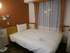 シングルルームですが、ゆったりとしたベッド。 お部屋もコンパクトながら、アメニティ等不自由なく良いです!