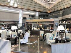 東京・北品川『TOKYO MARRIOTT HOTEL』1F【Lounge&Dining G】  『東京マリオットホテル』のオールデイダイニング 【ラウンジ&ダイニング G】のシーティングエリアの写真。  「ラウンジ&ダイニング G」は、広大なロビーアトリウムに レストラン、ラウンジ、バー、そしてショップがフレキシブルに 融合する新しい食空間。 Gourmet(グルメ)、Gatherings(集い)、Goodies (心をくすぐるようなモノ)など、様々な魅力を集めて皆様を ご案内いたします。 御殿山庭園の緑を望む店内は、ダイニングテーブル席に加えて、 バーカウンターやソファー席、屋外テラス席など、お客様の目的に 合わせてお使いいただける居心地の良い空間。 素材の良さをシンプルに生かしたグリル料理やお飲物を ご提供いたします。