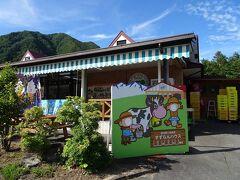 そして15分ほどあるいて、駒ケ岳ロープウェイ駐車場にあるすずらんハウスへ。このあたりに農産物直売所・お土産屋・軽食などが集まってるらしく、登山中のおやつやお酒を確保したいのです。
