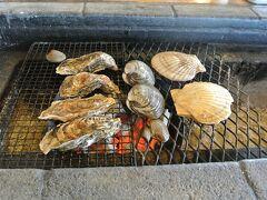注意事項だけはしっかり覚えておいたので、それを守りつつ焼き始めました。 殻などがはじけ飛ぶ可能性があるらしいので、貝の口は正面を向けない方がいいらしいです。 鮮度はいいので全部美味しいは美味しいのですが、焼き方が下手なのかこの程度かぁ…という感じです。 あ、ホタテは焼きなれていたので、とても美味しかったです。 牡蠣はわが家では酒蒸しオンリーなので、焼き加減がわからず…やっぱりプロに焼いてもらった方がいいなと思いました。