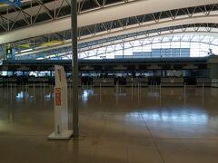 第1ターミナルの国際線カウンターに行ってみました。 ここも数人のお客さん以外は誰もいません。 カウンターも一つだけ開いていましたが、どこも閉まっていました。