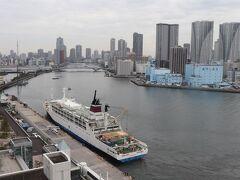 今回はエグゼクティブフロア(15階)のリバービュー。 ちょうど、小笠原海運のおがさわら丸が到着したところ。