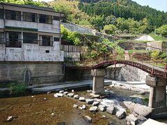 画面左が、今夜のお宿、喜久屋旅館。 ちなみに、この古めかしい橋は、渡れないようにしてあった。 観賞用。