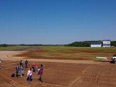 例によってFlybondiで、ブエノスアイレスのエロパロマル空港からプエルト・イグアス空港へ(新型コロナによるロックダウン以降、エロパロマル空港は商用便が廃止されています)。  着陸間際の空港付近は、水をなみなみと湛えたパラナ川流域の眺めが素晴らしいのですが、残念ながら通路側の席でした。1時間50分のフライトの予定が、1時間半足らずとさらに早く到着。赤土のイグアスの大地。亜熱帯地方のイグアスなのですが、飛行機を下りたた瞬間、意外に乾燥してカラッとしてるなと感じました。