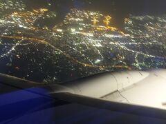ああ夜景が見える。 もう東京も近い。 隣の白豪主義も覗き込もうとしている東京の夜景。 私の体で小さな窓をカバーしましたw 絶対見せてあげなぁーいw 因果は巡るだよーw へっへっへ私はどうせ子供さw まいったかーw