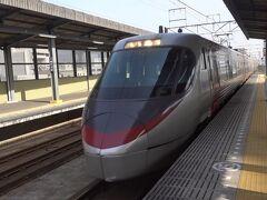 今治駅発 15時41分 特急しおかぜ13号+特急いしづち13号 松山駅行き。  これまたかっこいい車両です。  清掃のご婦人が深々とお辞儀をして列車を向かい入れてました。 その荘厳な儀式のような雰囲気がとても良い感じがしました。 こういうきちんと感はけっこう好きです。