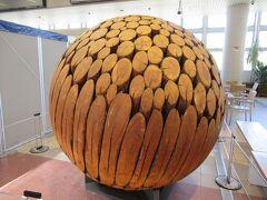万博公園駅に見掛けないオブジェが。木でできた球体