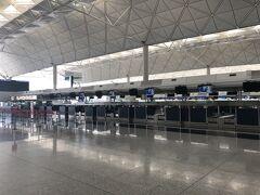 香港空港は、以前にも増してガラガラでした。香港では、ウイルスの広がりがコントロールできているのにも関わらず、どんどん検疫が強化されており、飛行機の乗務員達もフライト後、ホテルで14日間隔離されるようになってしまいました。香港が拠点のキャセイ航空は、乗務員の確保が出来ないため、ほとんどキャンセルです。 チェックインは、非常に時間がかかりました。地上職員の方が2人で、日本の入国条件、陰性証明の有効性について確認してくれました。いろいろな国の入国条件が違うので、職員の方々も大変そうでした。
