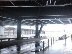新大阪駅到着。地下鉄の北改札口を目指す。いったん外へ出るとは。